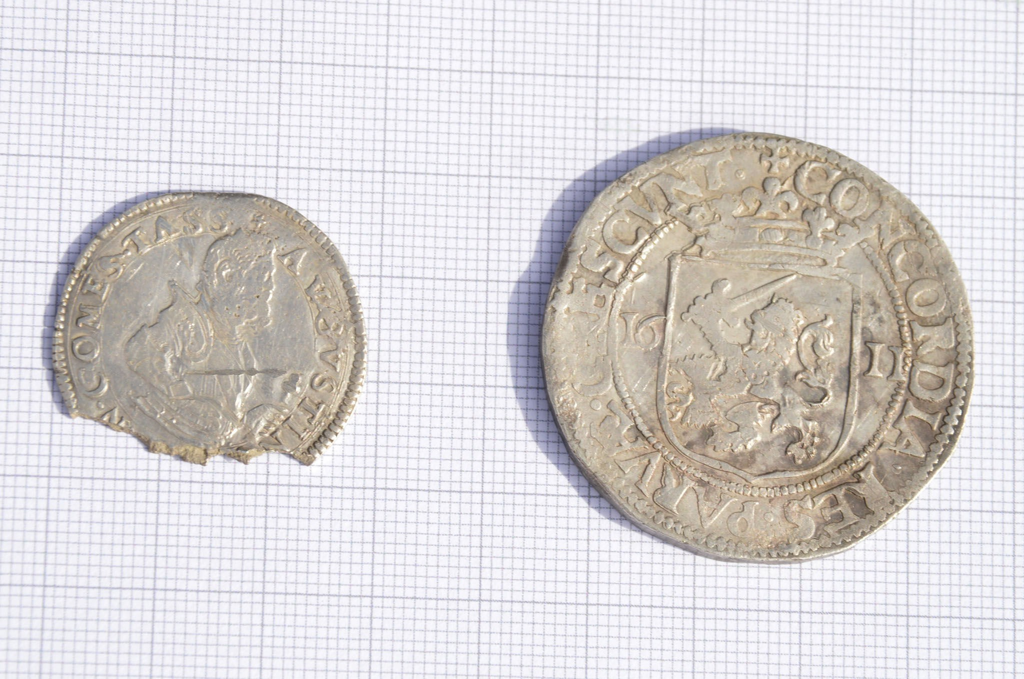 To uvanlig gamle mynter var resultatet da metallsøkeren pep på åkeren til Holt gård. En datert 1611, hel med vekt ca. 29 gram. Den andre brukket og uten årstall, på ca. fem gram. Finneren får ikke beholde fangsten. - Slike funn er innleveringspliktige, forteller han.