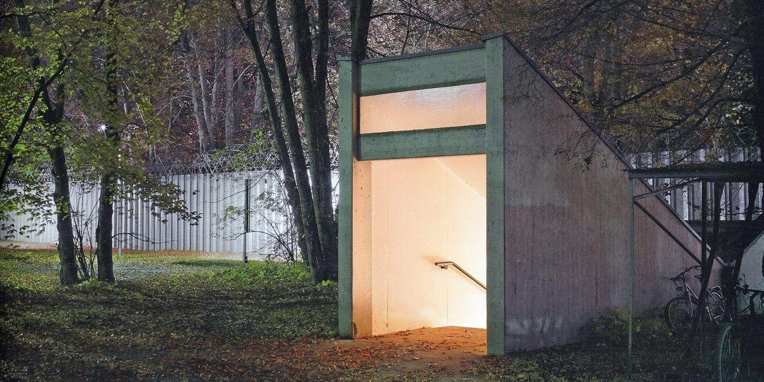 Det godt opplyste inngangspartiet er en gangtunnel som forbinder spion- hovedkvarteret med en gate utenfor.