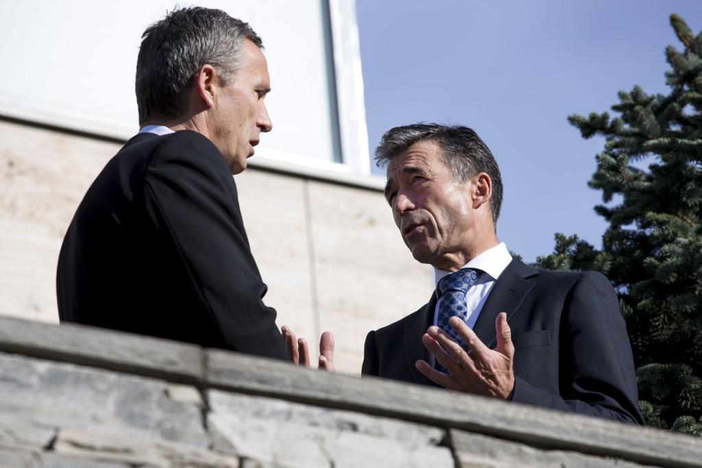Påtroppende NATO-sjef Jens Stoltenberg og avtroppende NATO-sjef Anders Fogh Rasmussen.
