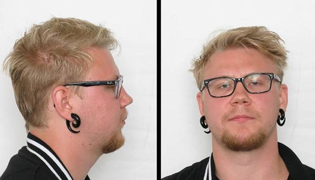 Kim Andreas Kristiansen har status som mistenkt i drapssaken i Øyer, hvor en mann ble funnet død i et utbrent bål. Han bruker briller med mørk innfatning.