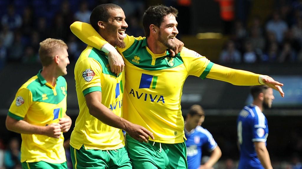 Lewis Grabban (til venstre) feirer scoring mot Ipswich sammen med lagkamerat Kyle Lafferty.