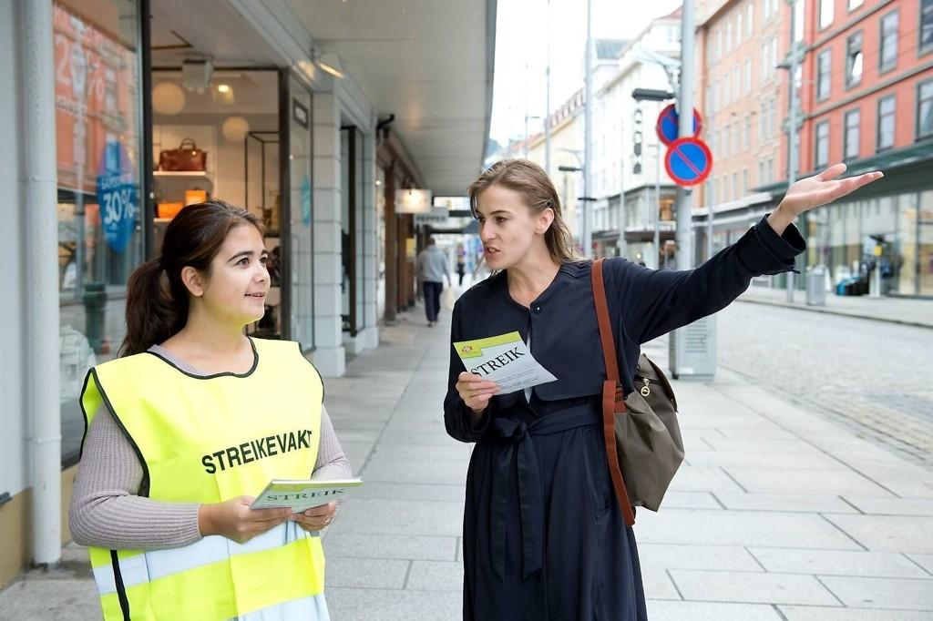 Nina Exposito Holmen (t.h.) kom til N Lie-Nielsen i Strandgaten for å kjøpe kaffe lørdag morgen. I stedet slo hun av en prat med streikevaktene, og ble rasende da hun fikk høre hva de ansatte har i lønn. - Jeg støtter denne streiken, sier hun til BA.