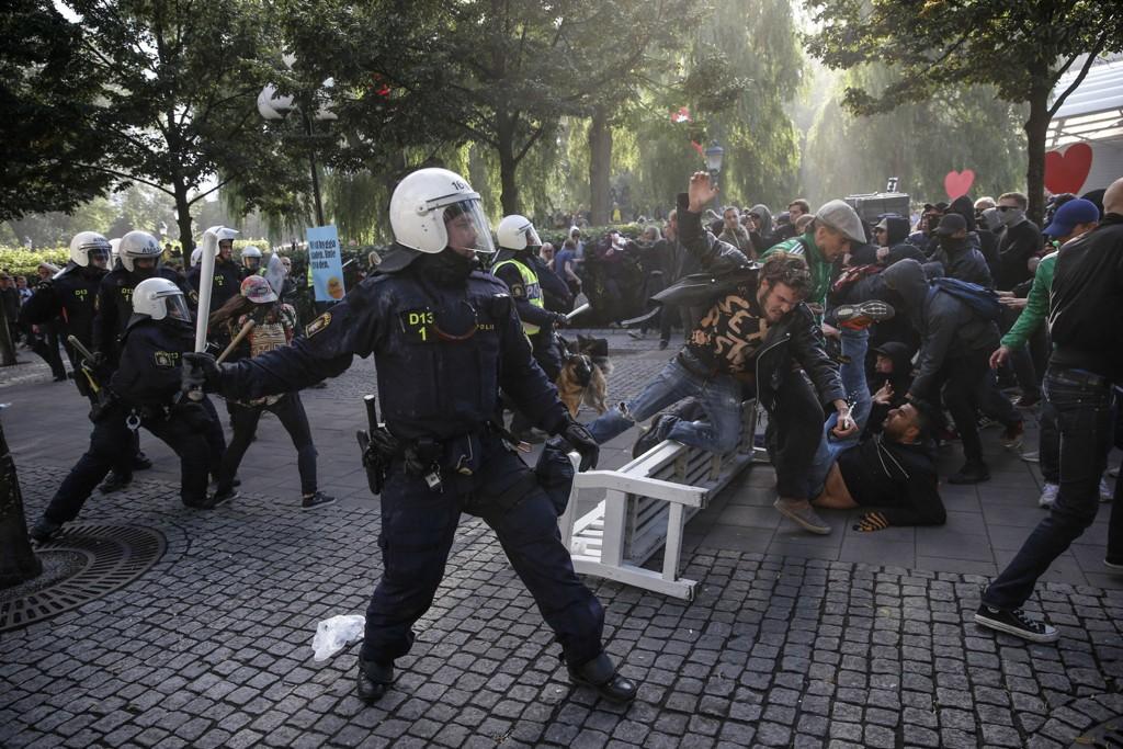 Politi aksjonerer mot motdemonstranter i forbindelse med møtet til det høyreekstreme Svenskarnas Parti i Stockholm lørdag.