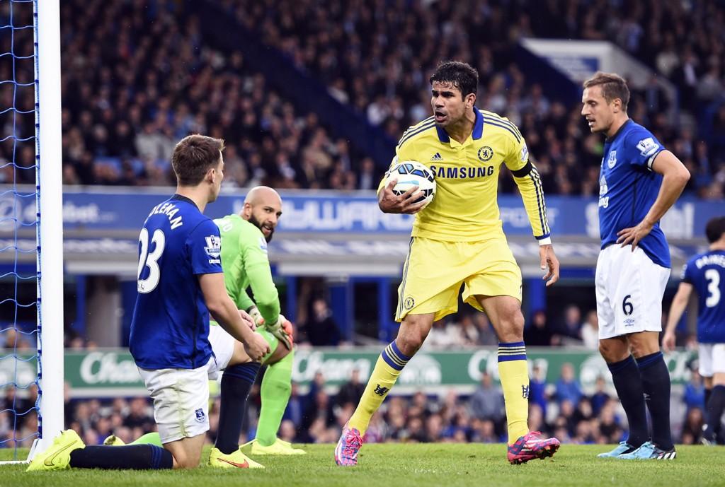 LITE HYGGELIG: Akkurat hva Diego Costa sa til Seamus Coleman etter sistnevntes selvmål, er usikkert. Everton-manager Roberto Martinez er uansett klar på at spissen må lære seg å respektere motspillerne sine.