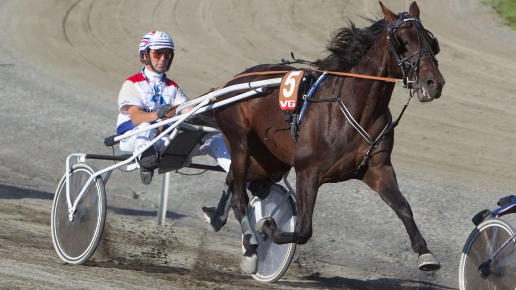 Lars Anvar Kolle (her bak Espace Boko) kusker favoritten 1 Waldemar M.M. i V5-1 på Drammen tirsdag.