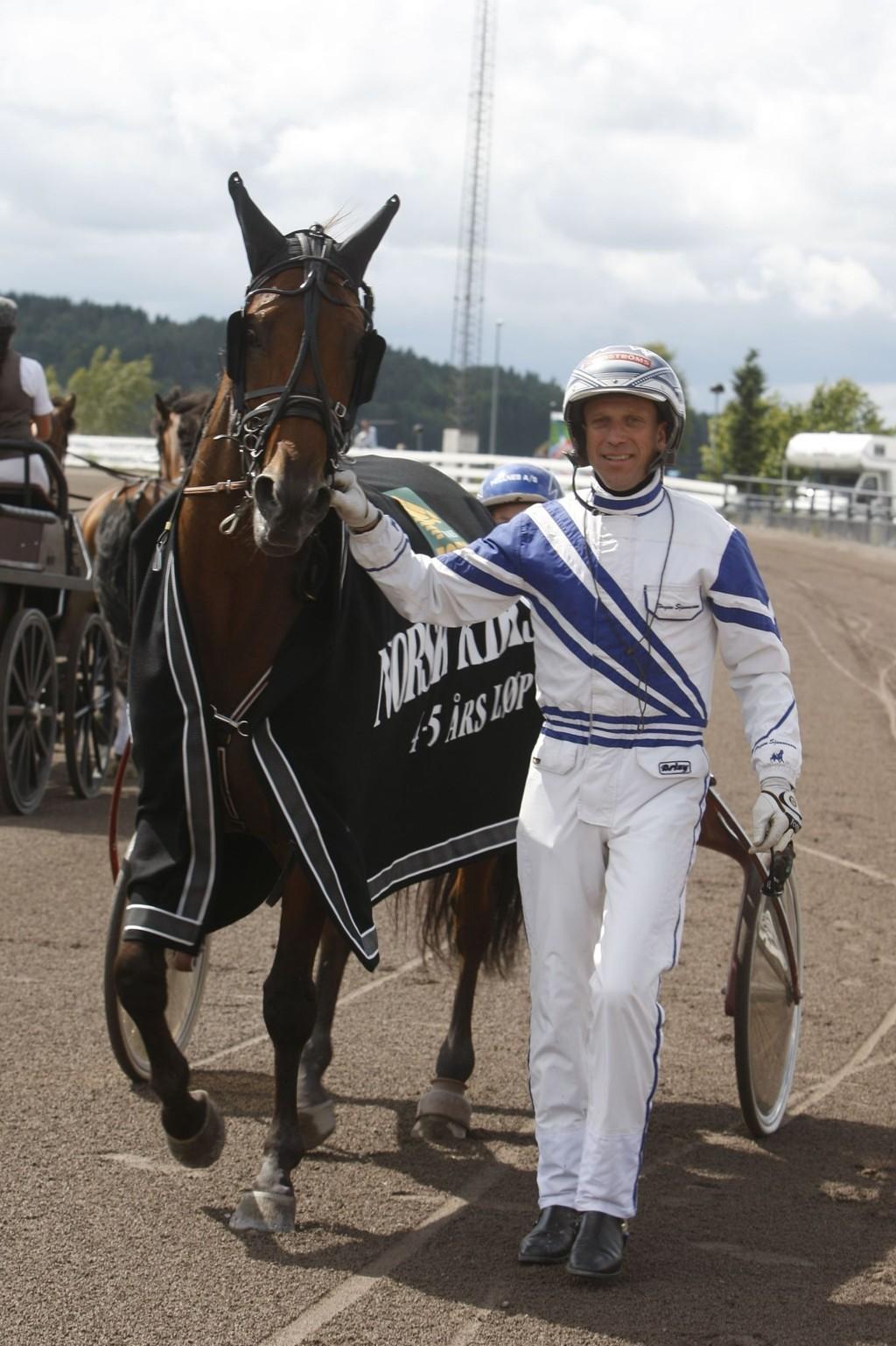 Jørgen Sjunnesson kjører bankeren vår fra Tingsryd denne torsdagen. Foto: Anders Kongsrud/www.hesteguiden.com.