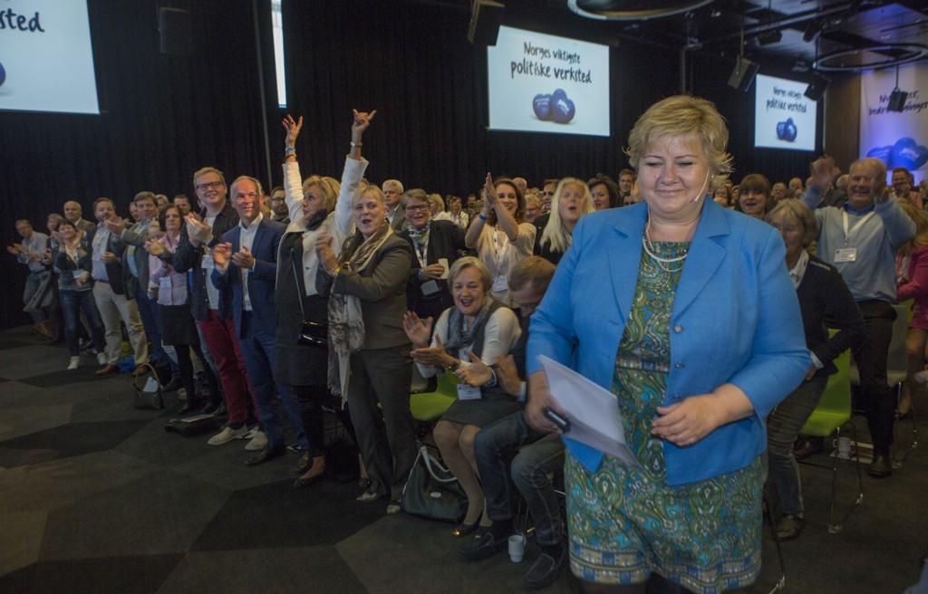 Til stor jubel blant sentrale og lokale tillitsvalgte entrer statsminister og partileder Erna Solberg talerstolen på Høyres kommunalkonferanse i Tromsø lørdag.