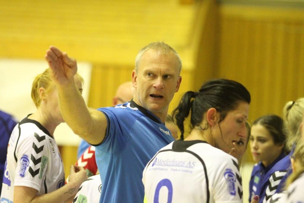 FORBANNET: Trener Arne Senstad var langt i fra fornøyd med jentene sine selv om det ble seier mot Skrim i seriepremieren.