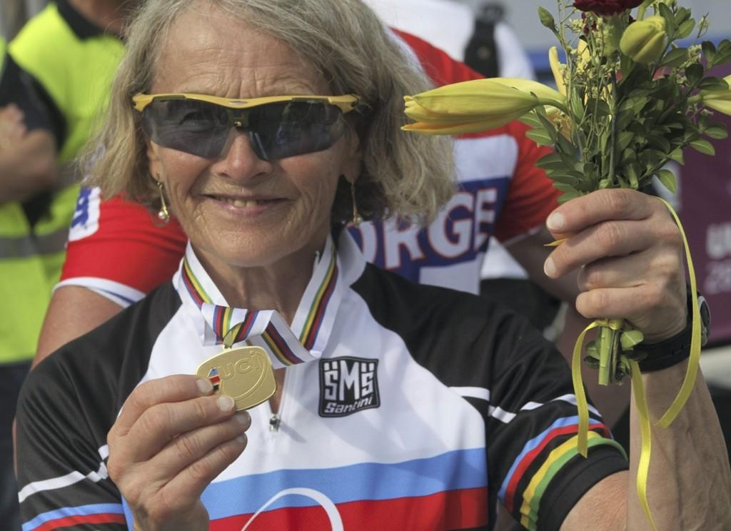STOLT GULLVINNER: Sidsel Grøndalen viser stolt frem gullmedaljen etter at hun vant fellesstarten i sin klasse.Alle foto: Frøy