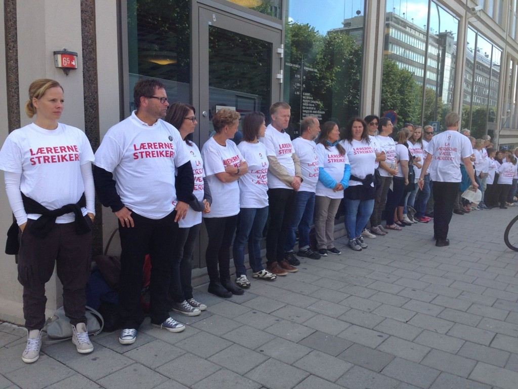 KUTTER IKKE FERIE: Lærerne omringet Kommunenes Hus i Oslo mens streiken pågikk. Nå er de tilbake på jobb, og skoleåret vil gå som normalt.