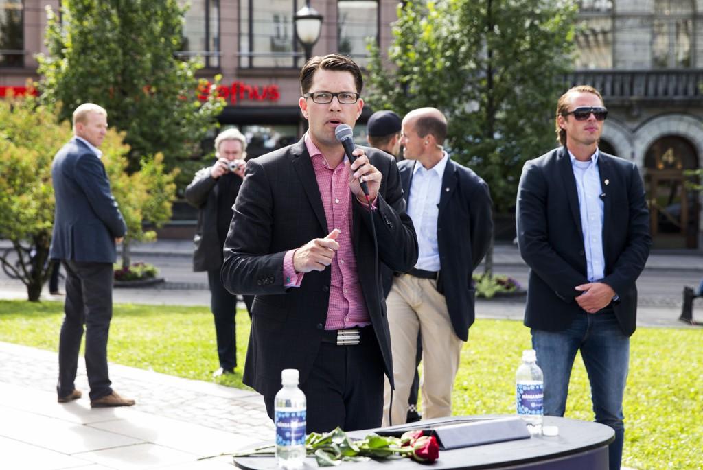 Partileder for Sverigedemokraterna Jimmie Åkesson var i Norge og drev valgkamp utenfor stortinget i midten av august.