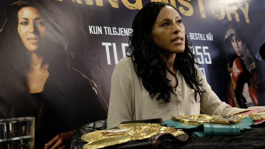 OVERRASKET: Cecilia Brækhus ble svært overrasket da hun fikk høre at Michael Buffer skal annonsere kampen hennes.