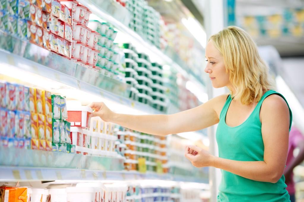 I BUTIKKEN: Sørg for å velge mellommåltider som bidrar med både proteiner, langsomme karbohydrater og sunt fett. Da sikrer du deg en jevnere og langsomme blodsukkerstigning som igjen bidrar til et stabilt energinivå og bedre metthetsfølelse.