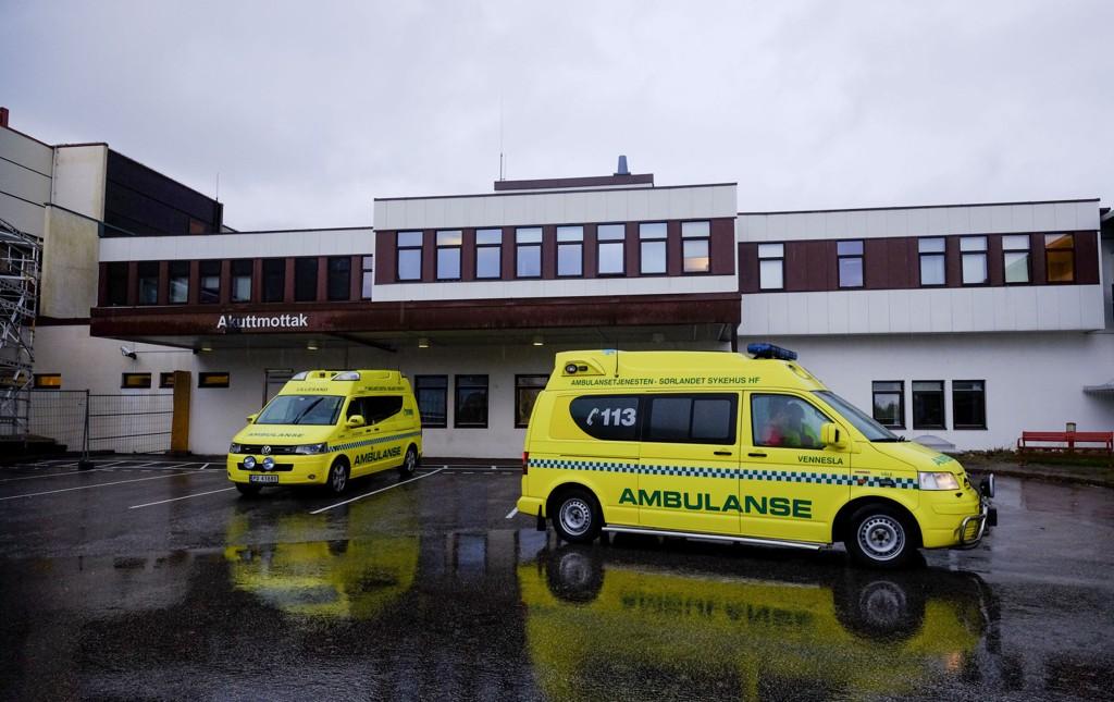 Flere personer er sendt til Sørlandet sykehus i Kristiansand etter et lynnedslag på Dvergsøya utenfor Kristiansand.