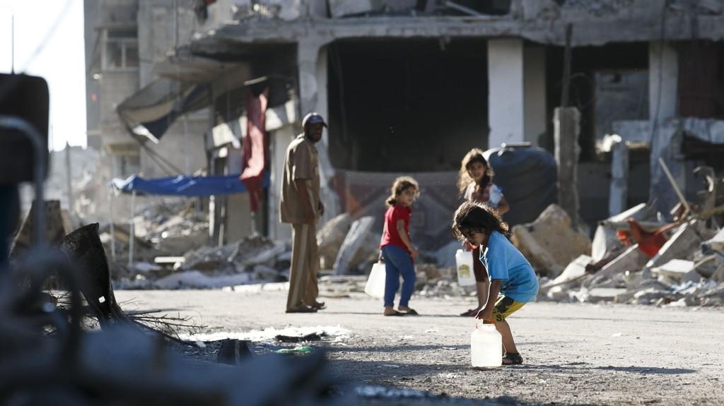 I RUINENE: Mandag besøkte utenriksminister Børge Brende nabolaget Shejaia øst i Gaza City. Brende fikk se ødeleggelsene med egne øyne, bare to uker etter våpenhvilen. Her ser du barn som henter vann.