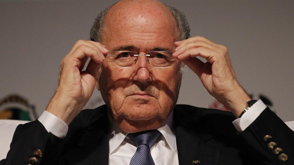 - Trenerne vil få muligheten, enten én eller to ganger i hver omgang, til å utfordre dommerens avgjørelser, sier FIFA-president Sepp Blatter.