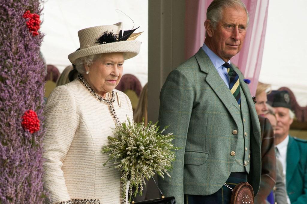 UROLIG: Dronning Elizabeth frykter at Skottland skal bli uavhengig. Her er hun sammen med Prins Charles under Braemar Royal Highland Gathering i Skottland i juli.