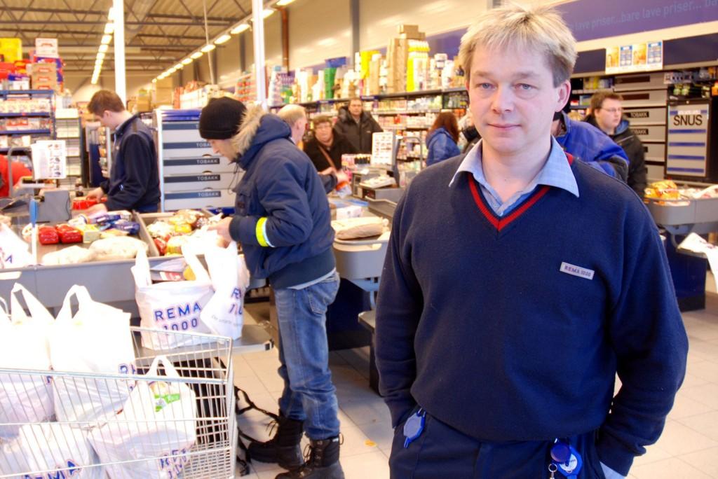 TAPER PENGER: Kjøpmann Ronald Aslaksen tar kunde- og omsetningssvikten i sommermånedene i år med ro, og håper på sikt å øke omsetningen.