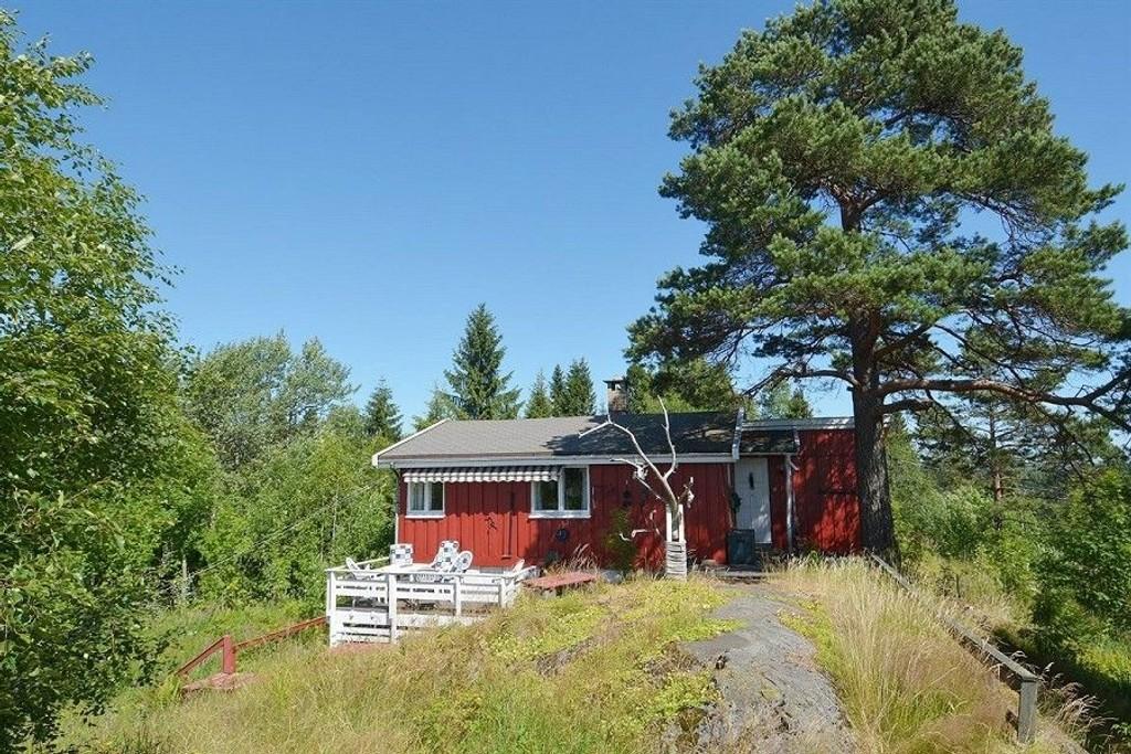 LITEN: Ikke store hytta, men med nesten fire mål tomt, i Stårputtveien på Sørbråten. Foto: Privatmegleren