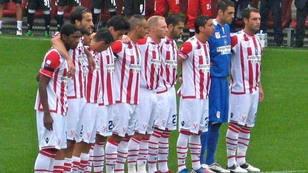 Vicenza holdt på å gå konkurs før forrige sesong, men ble i sommer flyttet opp til Serie B grunnet Sienas økomiske problemer.
