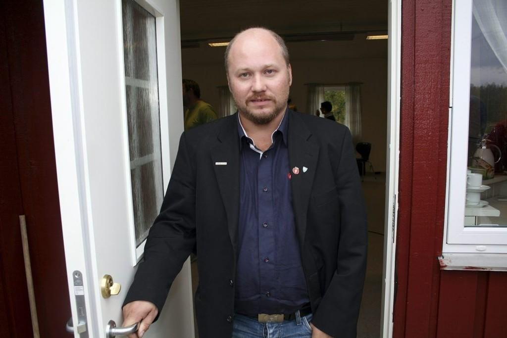 - Jeg kan tenke meg at eldre folk som sitter alene hjemme synes det er svært ubehagelig å få en fremmed på døra som ber om penger, sier Frp-politiker Tonni Nylund.