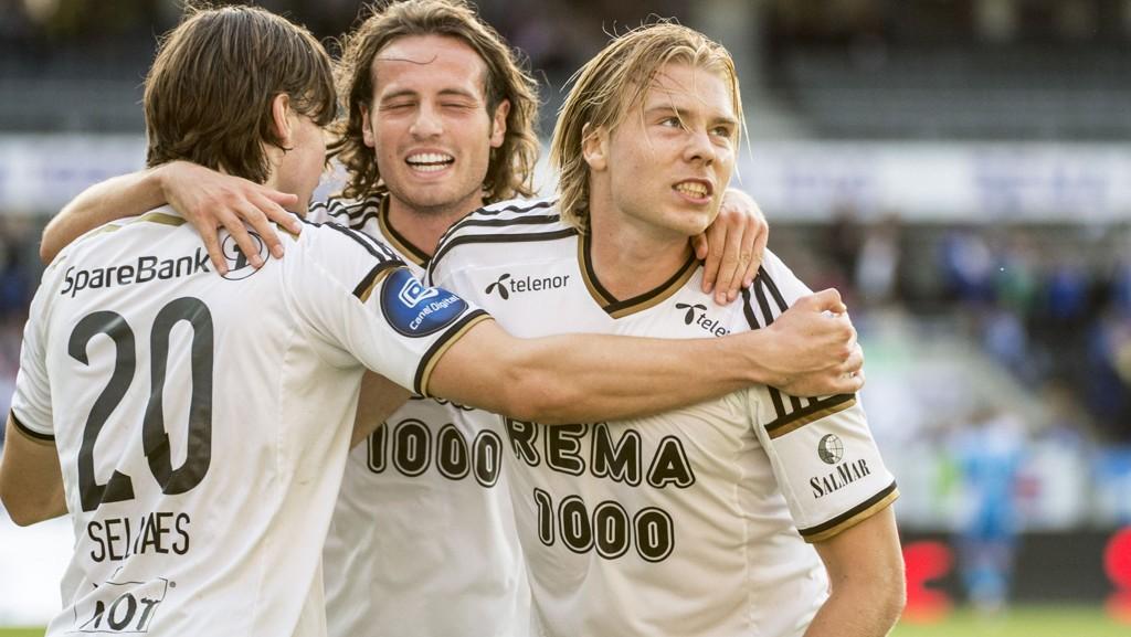 Rosenborg-gjengen feirer 2-0 mot Sarpsborg. Søderlund (t.h.) er skadet til dagens kamp.
