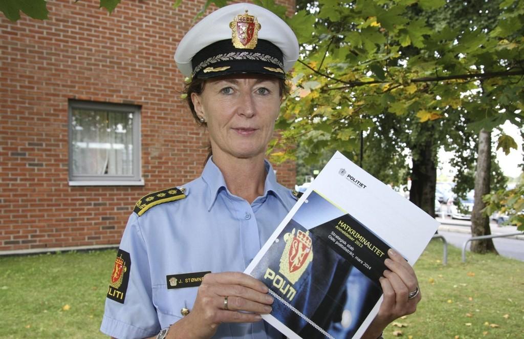VIKTIG JOBB: Stasjonssjef Janne Stømner og manglerudpolitiet skal jobbe bredt både med etterforskning og forebygging av hatkriminalitet.Foto: Øystein Dahl Johansen