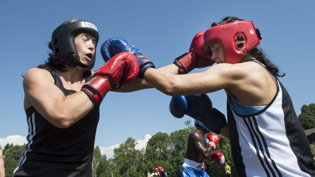 Camilla Johansen (t.v.) og Marielle Hansen trener under Norges bokseforbund sin sommerleir på Olympiatoppen i Oslo.