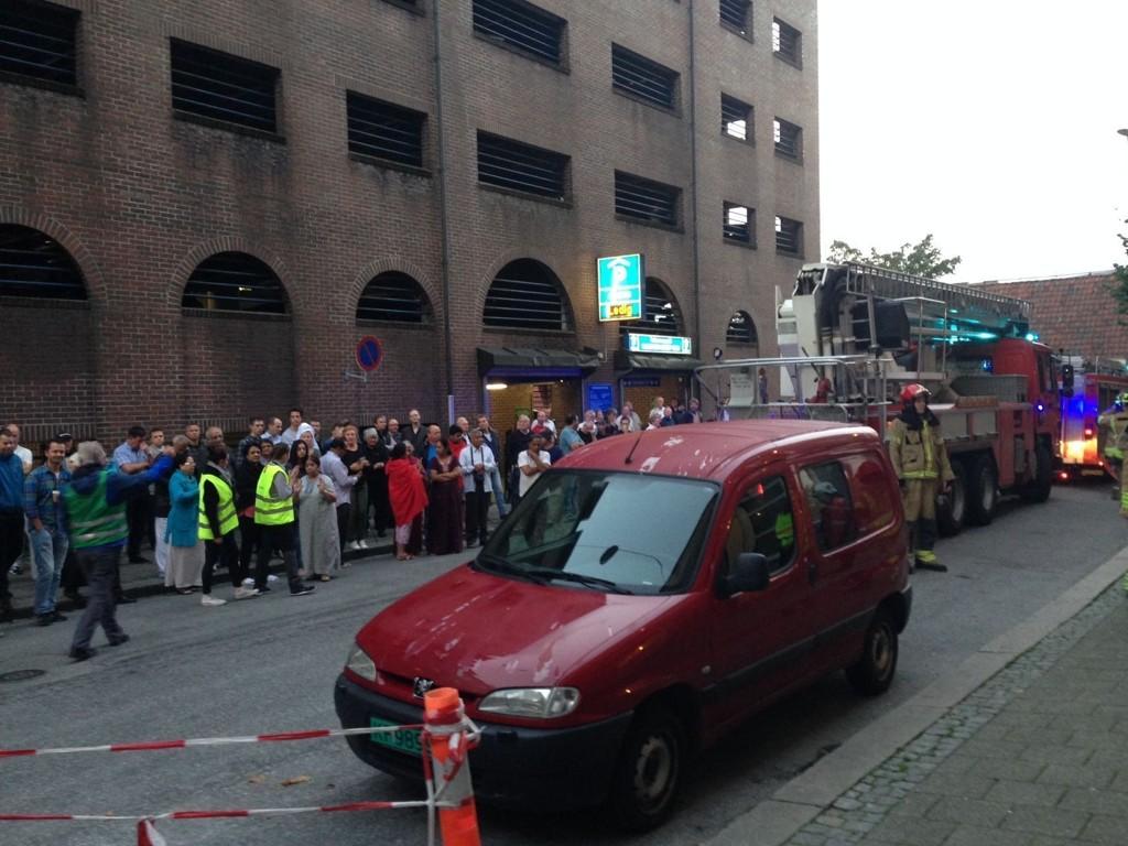 MÅTTE UT: Hele hotellet ble evakuert etter at brannalarmen gikk torsdag morgen. Foto: Jonas Mjaaland (Bergensavisen)