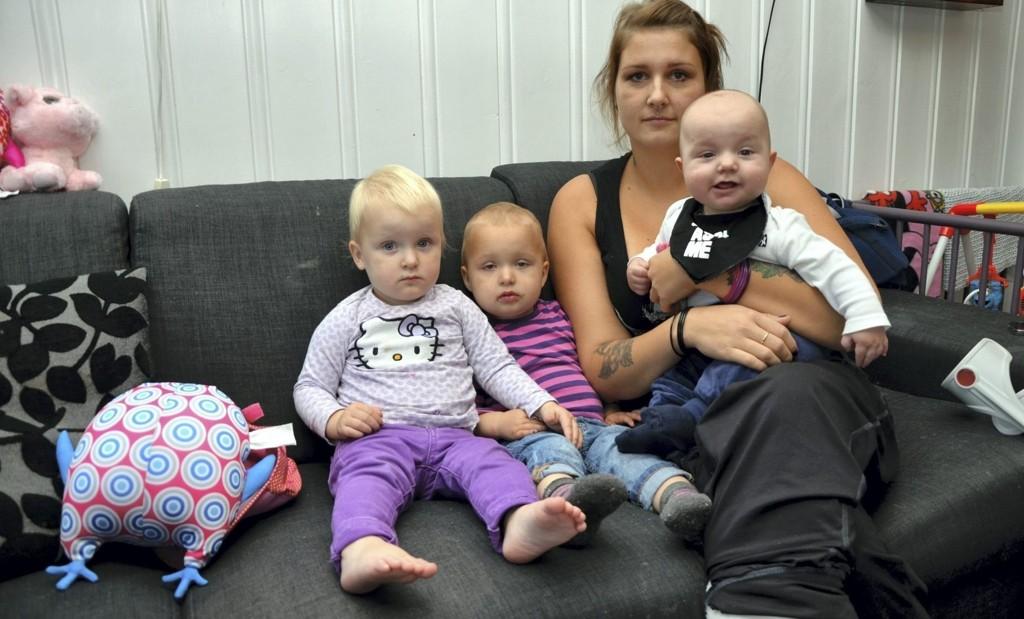 LØSTE SEG: - Jeg er kjempeglad, det er en stor lettelse at det ordner seg, og mamma kan komme og være hos oss. Det er jo henne jeg helst vil ha her. Det er umulig å greie hverdagen med tre bleiebarn når jeg går på krykker, sier Marianne Moen med tvillingene Mia og Kaia og babyen Jan Remi Moen Johansen.