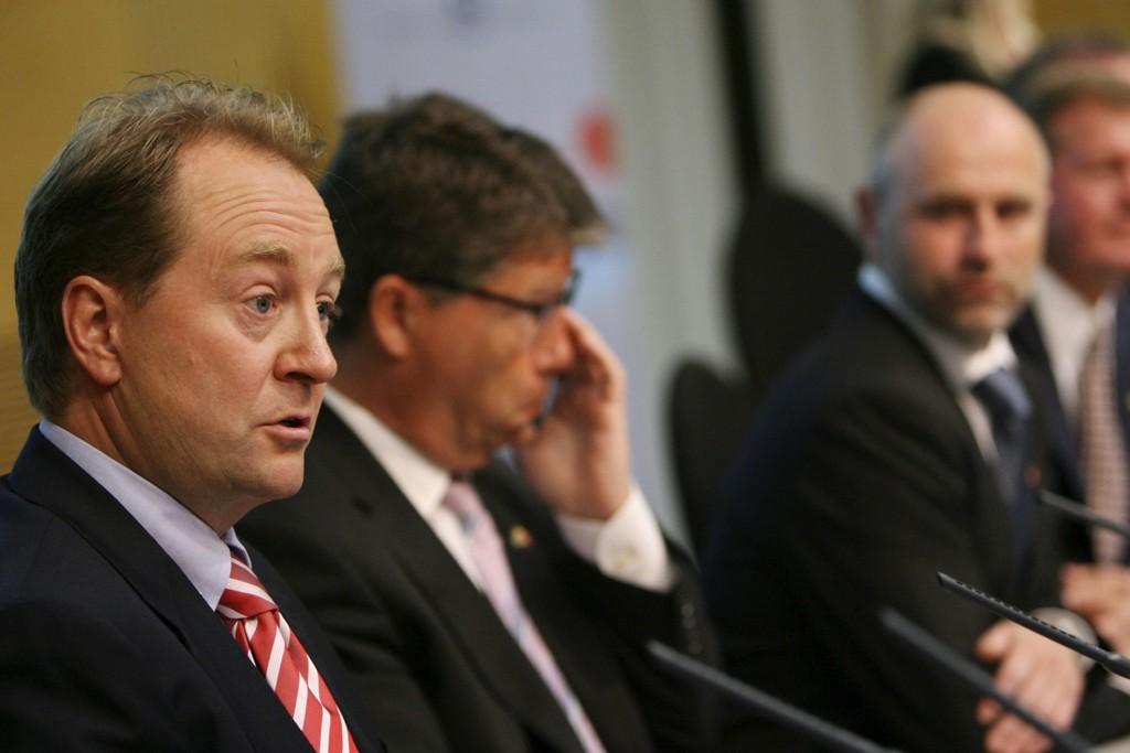 Staten gikk inn på eiersiden i Aker Kværner, sammen med Aker ASA, Investor AB og Saab AB, opplyste næringsminister Dag Terje Andersen (th) på en pressekonferanse. Fra venstre Kjell Inge Røkke og Leif Arne Langøy.