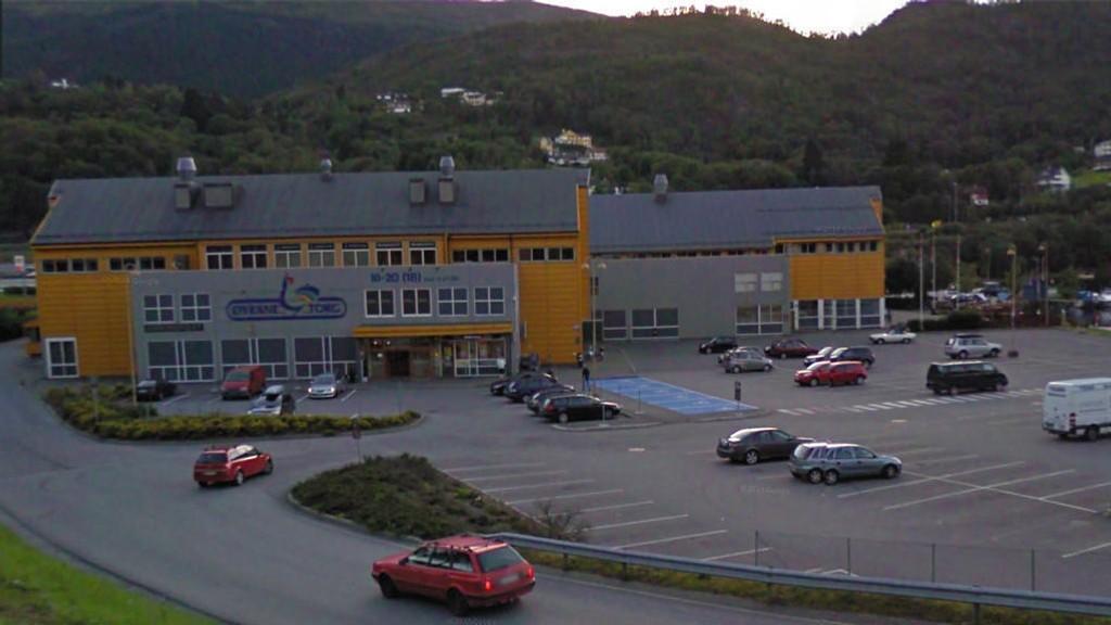 Det var inne på Øyrane Torg i Arna at kjæresteparet løp naken og var til sjenanse for ansatte og kunder.