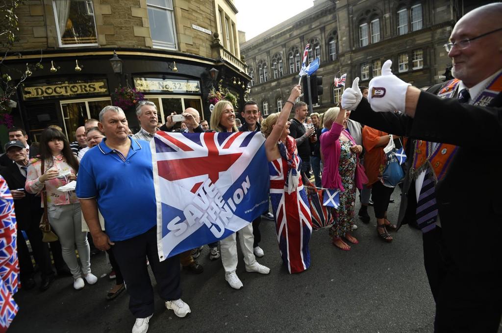 Probritiske medlemmer av Oransjeordenen fra både Nord-Irland og Skottland marsjerte gjennom Edinburghs gater lørdag. Rundt 12.000 demonstranter viste sin støtte til at Skottland skal forbli en del av Storbritannia.