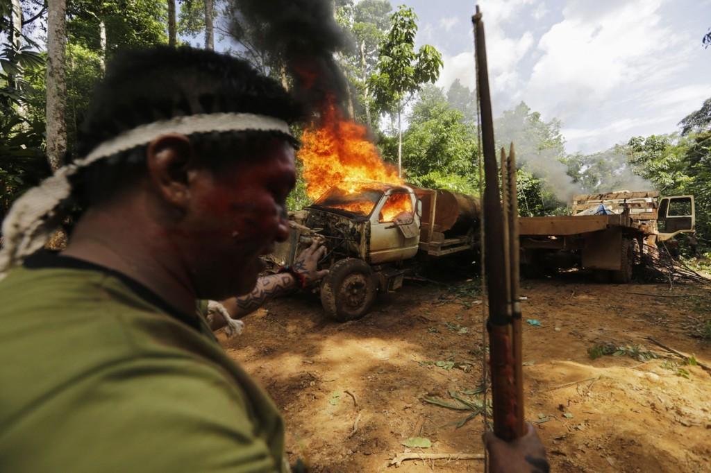 Medlemmer av ka'apor-stammen i Brasil gikk i august til aksjon mot ulovlige tømmerhoggere i Amazonas og satte fyr på lastebilene deres. Til sammen fem stammer som bor i Alto Truiacu-territoriet har ansvar for å forvalte skogen her, men mener de ikke får tilstrekkelig hjelp fra myndighetene til å beskytte området.