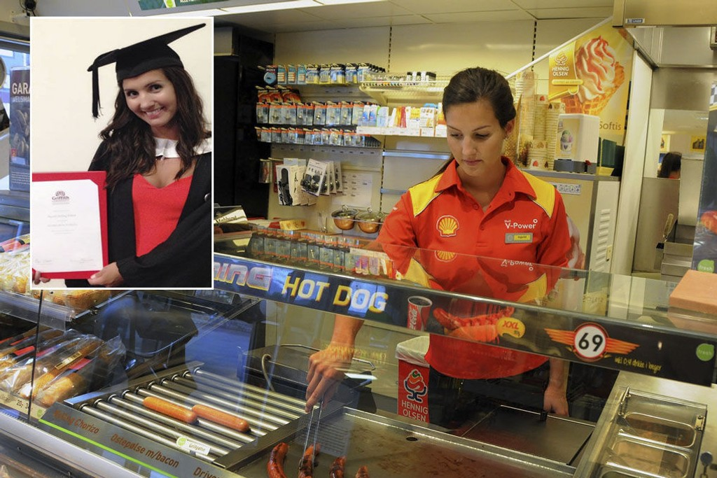 Ingvild Hilling Elsbak er utdannet sykepleier i Australia. I dag jobber hun på bensinstasjon fordi norske myndigheter ikke godkjenner utdanningen.