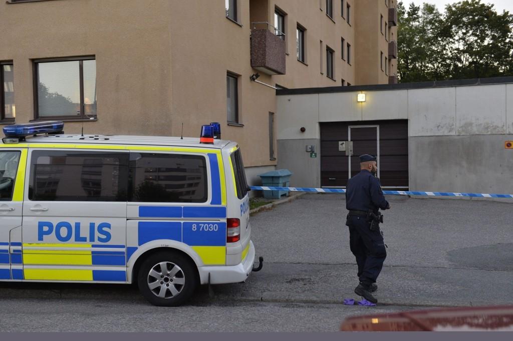 To personer ble skutt og drept i en garasje i Hägersten i sørvestre Stockholm lørdag ettermiddag.