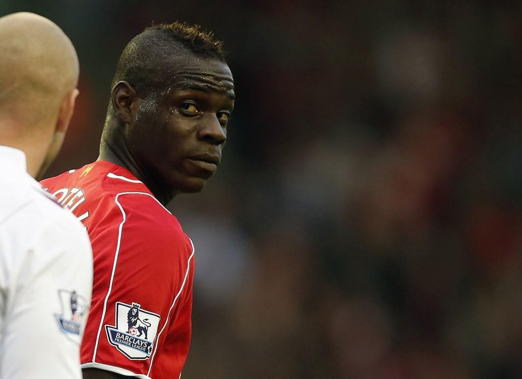 FIKK LUFTETUR: Mario Balotelli fikk tøff behandling mot Aston Villa.