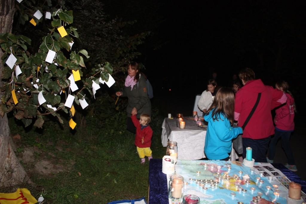 På standen til Holmlia kirke kunne man skrive ned sine ønsker og henge lappene på håp-treet.