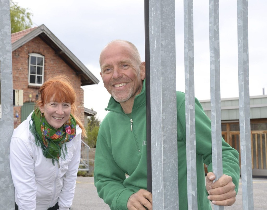 VELKOMMEN: Inger Kjærstad og Marius Fjellvik håper mange nysgjerrige sjeler tar turen til Eterfabrikkens høstfest. Arkivfoto