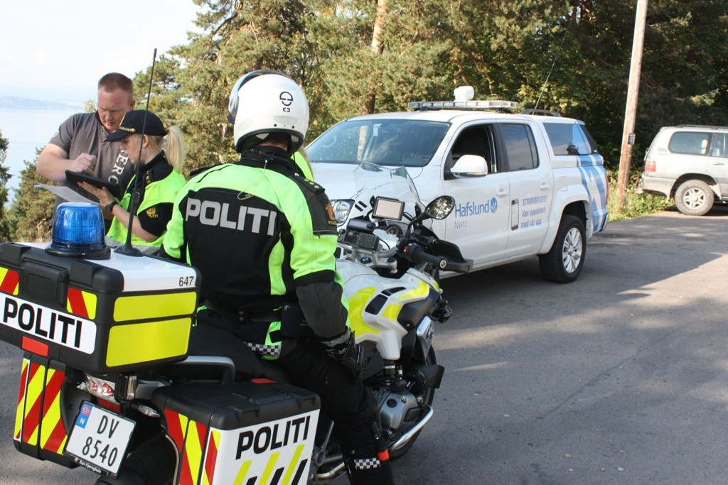 Politiet og Hafslund er på plass i Kongsveien ved Sportsplassen og passer på at ingen får i seg giftig røyk som kommer opp fra en tunnel langt nede i bakken.