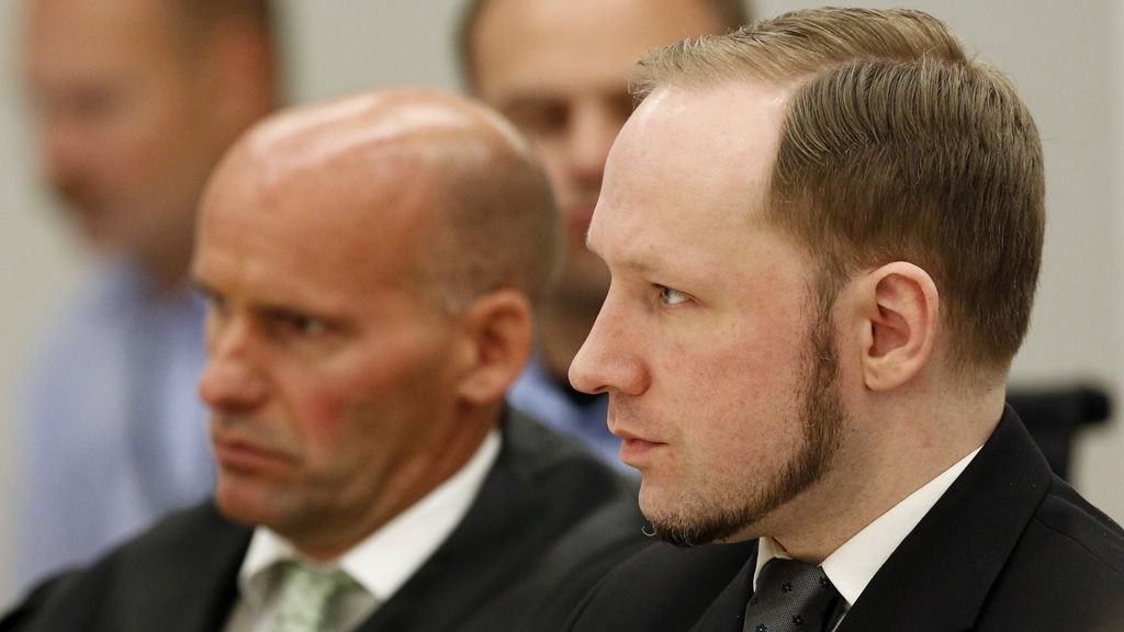 Anders Behring Breivik og forsvarer Geir Lippestad og Vibeke Hein Bæra under domsavsigelse i terrorrettssaken mot Anders Behring Breivik i Oslo tingrett