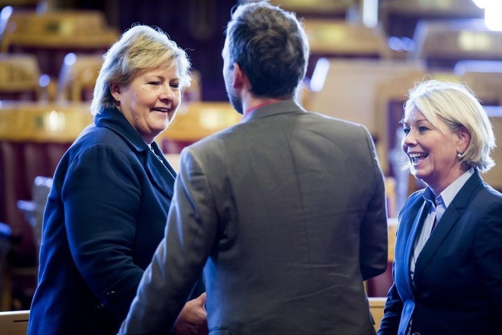 Statsminister Erna Solberg og næringsminister Monica Mæland (H) i Stortingssalen.