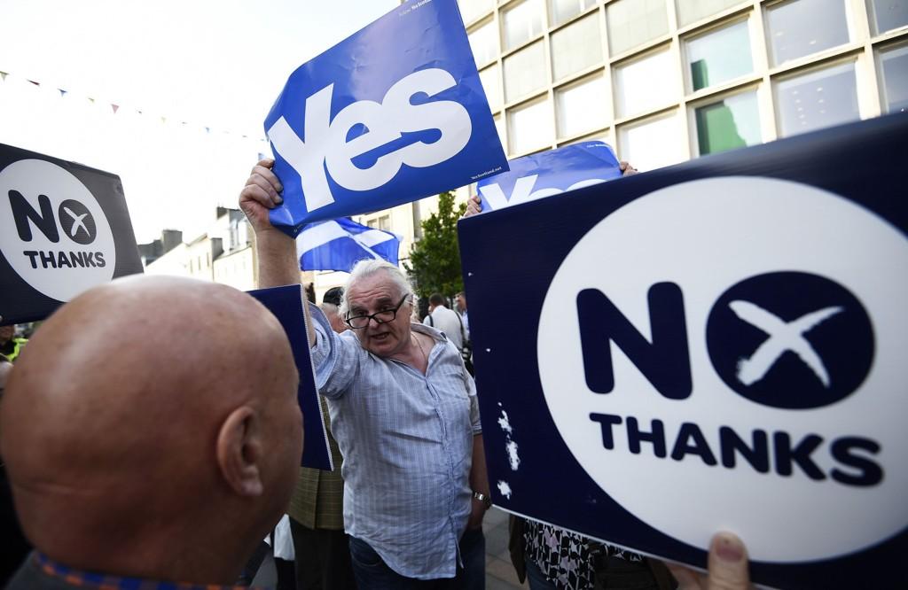 ET SPLITTET FOLK: Ja- og nei-siden i tottene på hverandre i Perth. Torsdag er valgkampen over. Da går skottene til urnene.