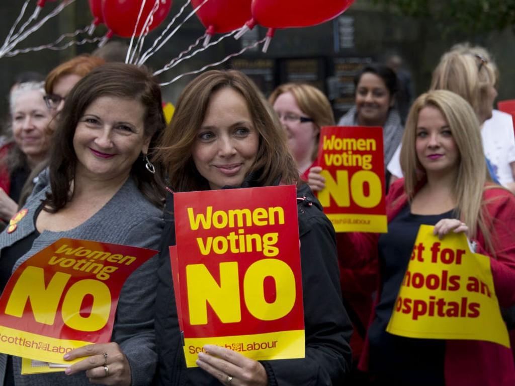 Skotske kvinner driver valgkamp for nei-siden i Edinburgh tirsdag.