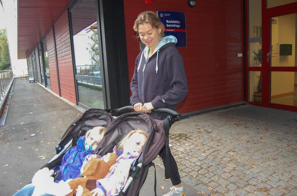 Inger Woxholtt har hatt sin eldste sønn i kveldsbarnehage. Snart er det tvillingene Ellen og Johanne sin tur. Med kveldsbarnehage har de mer kvalitetstid, sier Woxholtt.