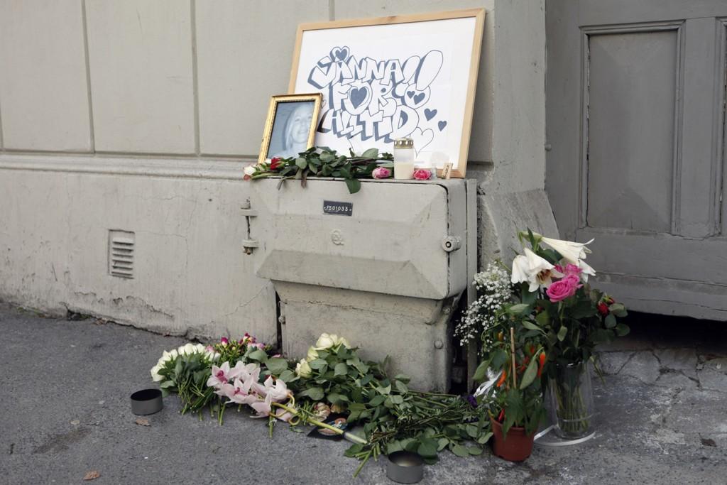 Bilde og blomster ved åstedet i Fredensborgveien der svenske Jonna Rask ble drept.