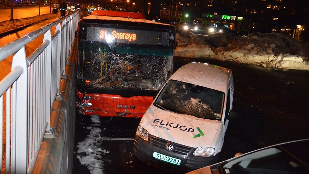 Bussen løp løpsk og braste inn på fortauet og endte her på Carl Berner i Oslo i desember i fjor.