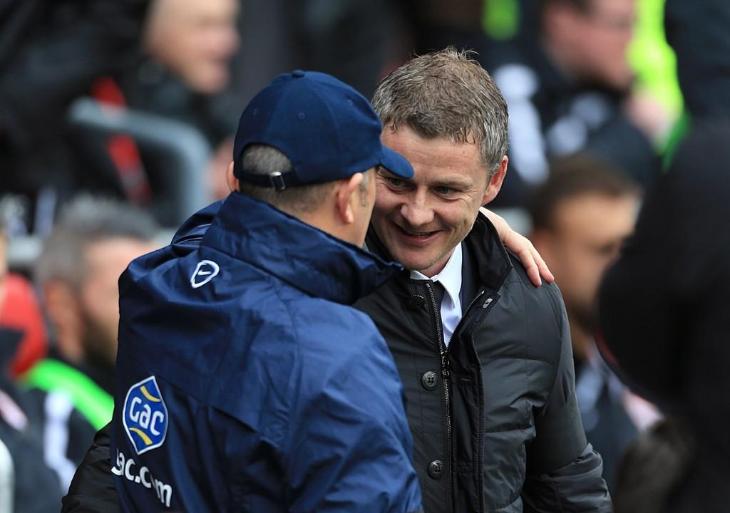 ARVTAKER? Tony Pulis omfavner Ole Gunnar Solskjær før kampen mellom Crystal Palace og Cardiff i april i år. Nå synker oddsen for at Pulis overtar jobben etter Solskjær som manager i Cardiff dersom nordmannen får sparken.