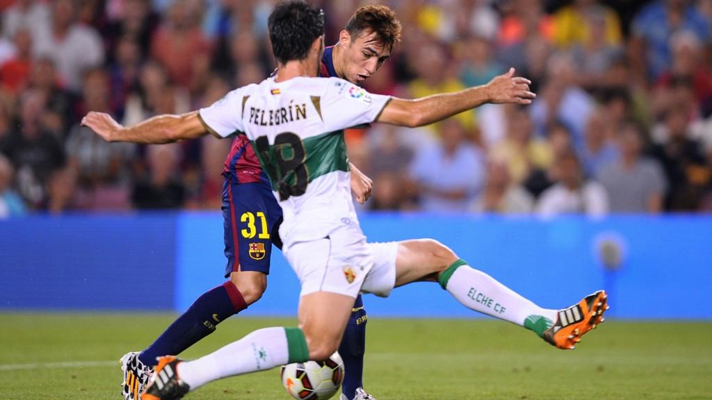 Elches Sergio Pelegrin i duell med Barcelonas Munir El Haddadi åpningsrunden i La Liga 24. august. Elche tapte 0-3, men har tatt fire poeng på de to neste seriekampene.