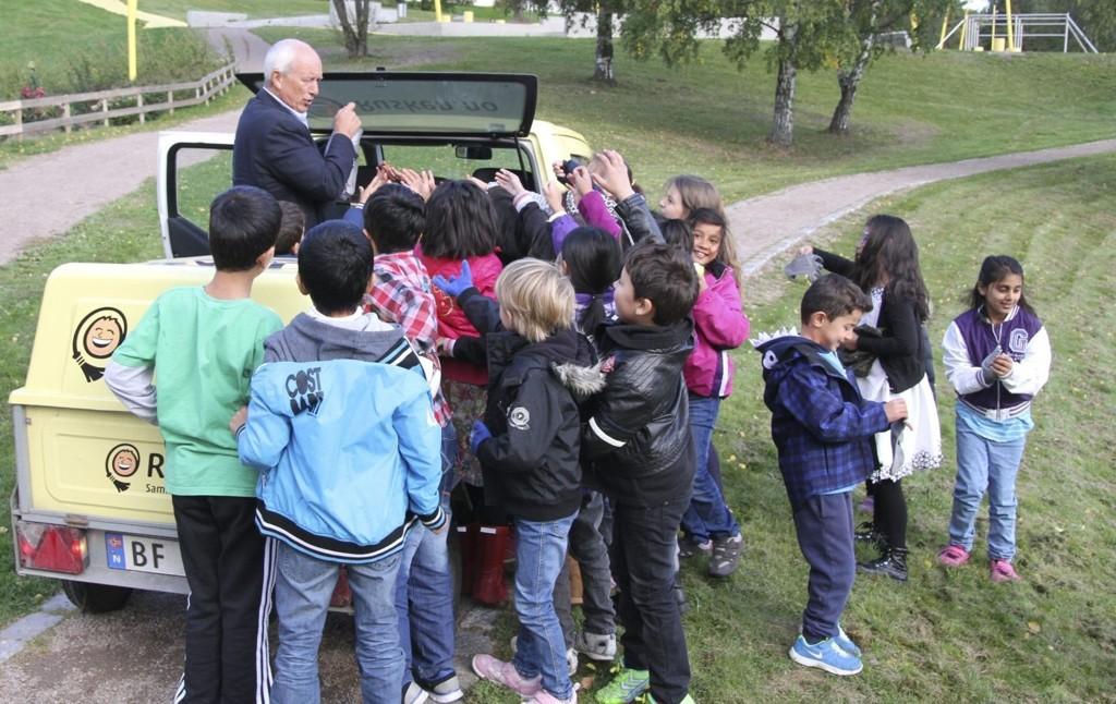 POPULÆR: Responsen fra elevene ved Gran skole var spontan da de oppdaget Rusken-bilen. Med utdelte hansker og poser gikk de straks i gang med å rydde søppel i Verdensparken. – Helt herlig, sier Rusken-general Jan Hauger. BEGGE FOTO: ØYSTEIN DAHL JOHANSEN